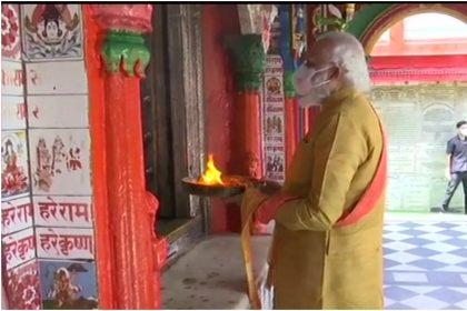 Bhumi Pujan: अयोध्या पहुंचे PM मोदी, धोती-कुर्ता पहने अलग अंदाजा में आए नजर, देखें तस्वीरें