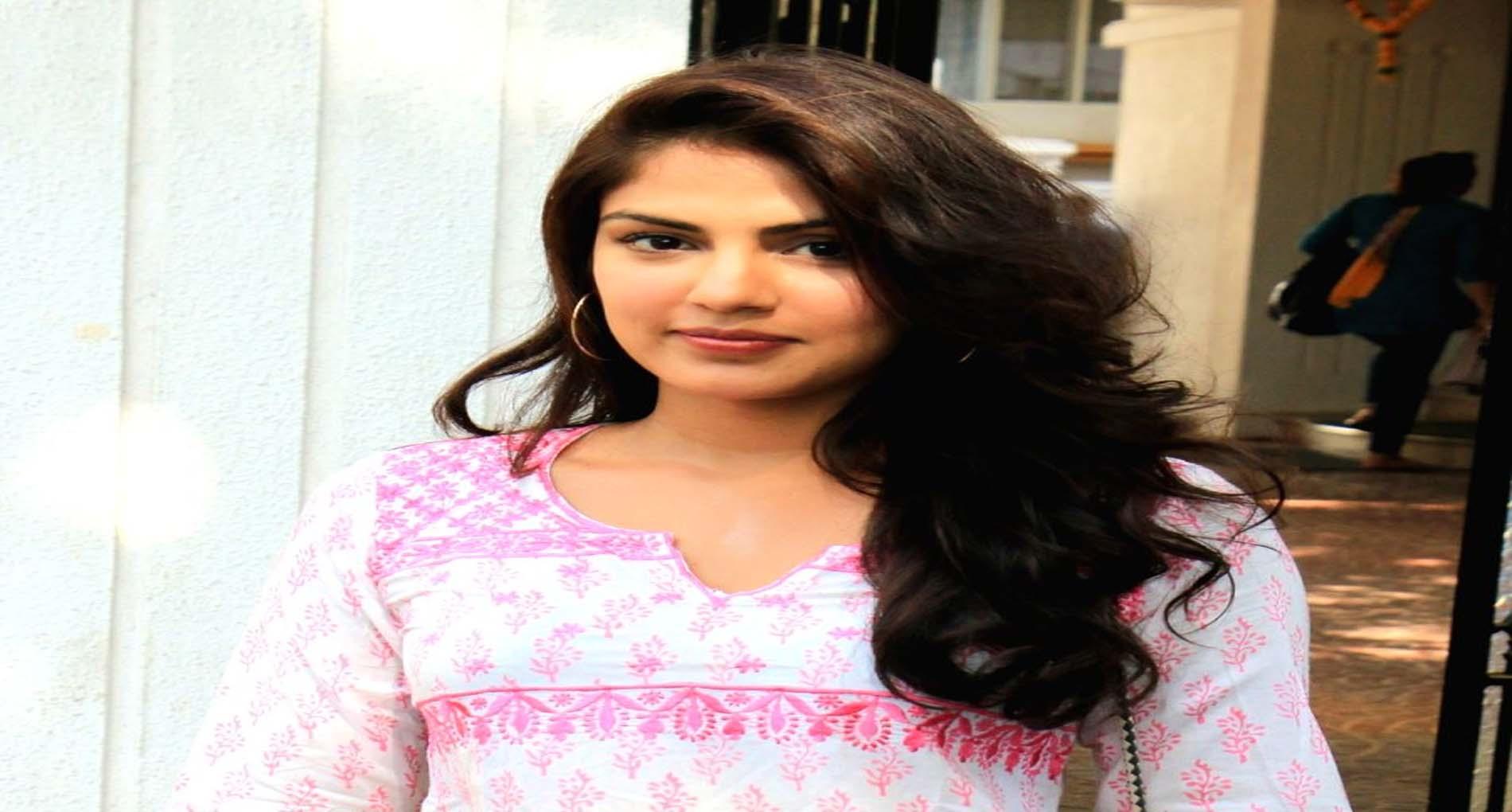 Sushant Suicide Case: FIR के बाद रिया चक्रवर्ती ने आधी रात को परिवार के साथ छोड़ा घर!