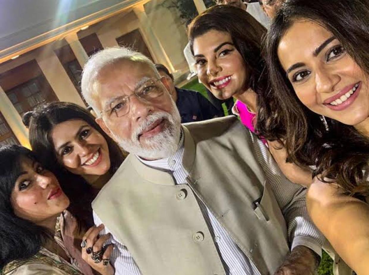हेडस्ट्रॉन्ग सेलेब्स के साथ एक सेल्फी:- नरेंद्र मोदी ने निर्माता एकता कपूर, अभिनेत्री रकुल प्रीत सिंह और जैकलीन फर्नांडीज के साथ भीएक सेल्फी ली।