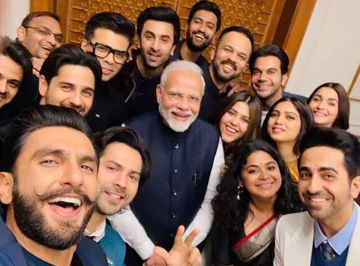 बॉलीवुड और प्रधानमंत्री:- एक सेल्फी जो प्रतिभा को बिखेरती है, यहाँ बॉलीवुड के कई प्रतिभाशाली चेहरे और प्रधान मंत्री एक साथहैं।