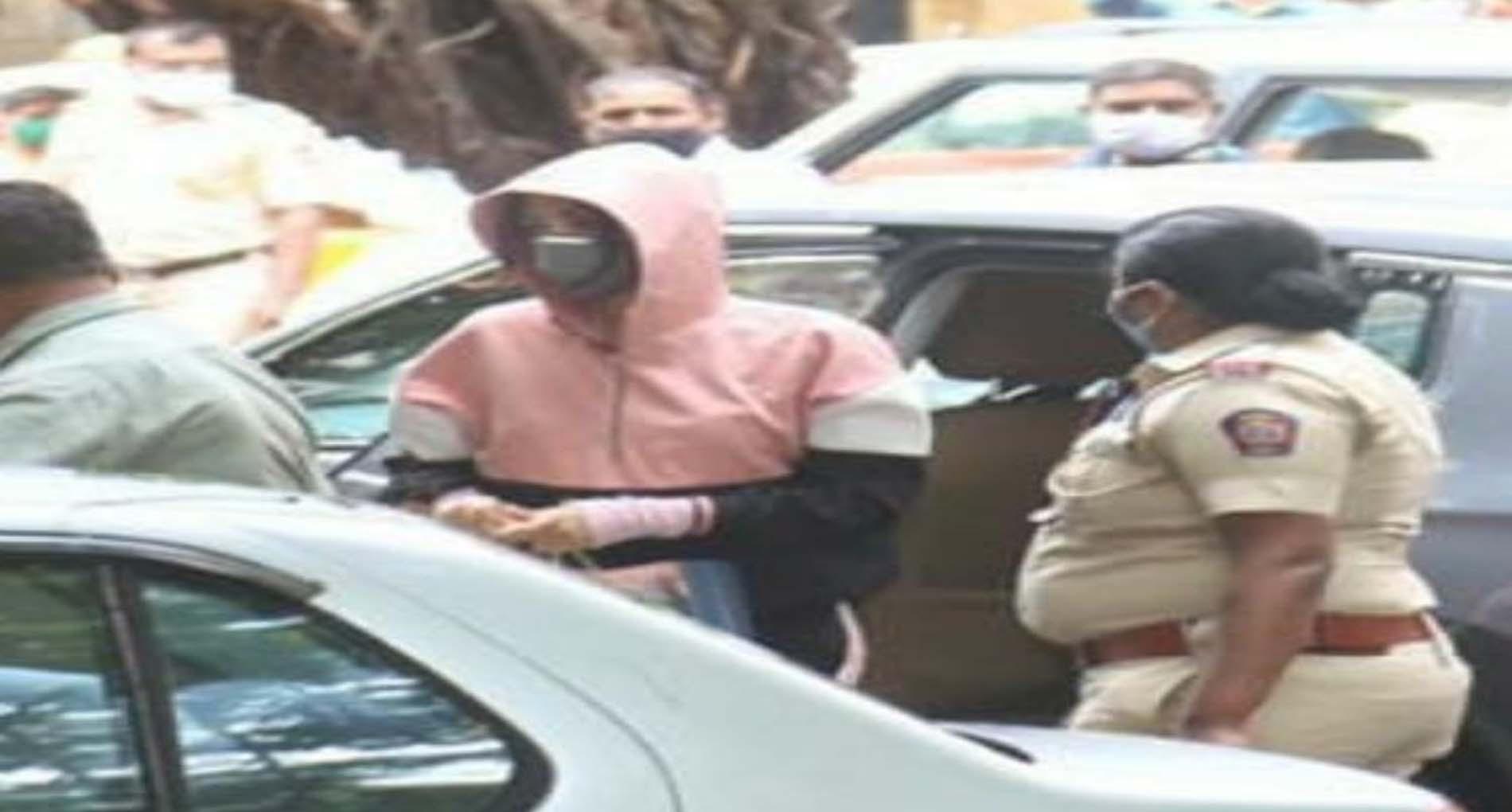NCB दफ्तर पहुंची रिया चक्रवर्ती, पूछताछ जारी, आज हो सकती हैं गिरफ्तार!