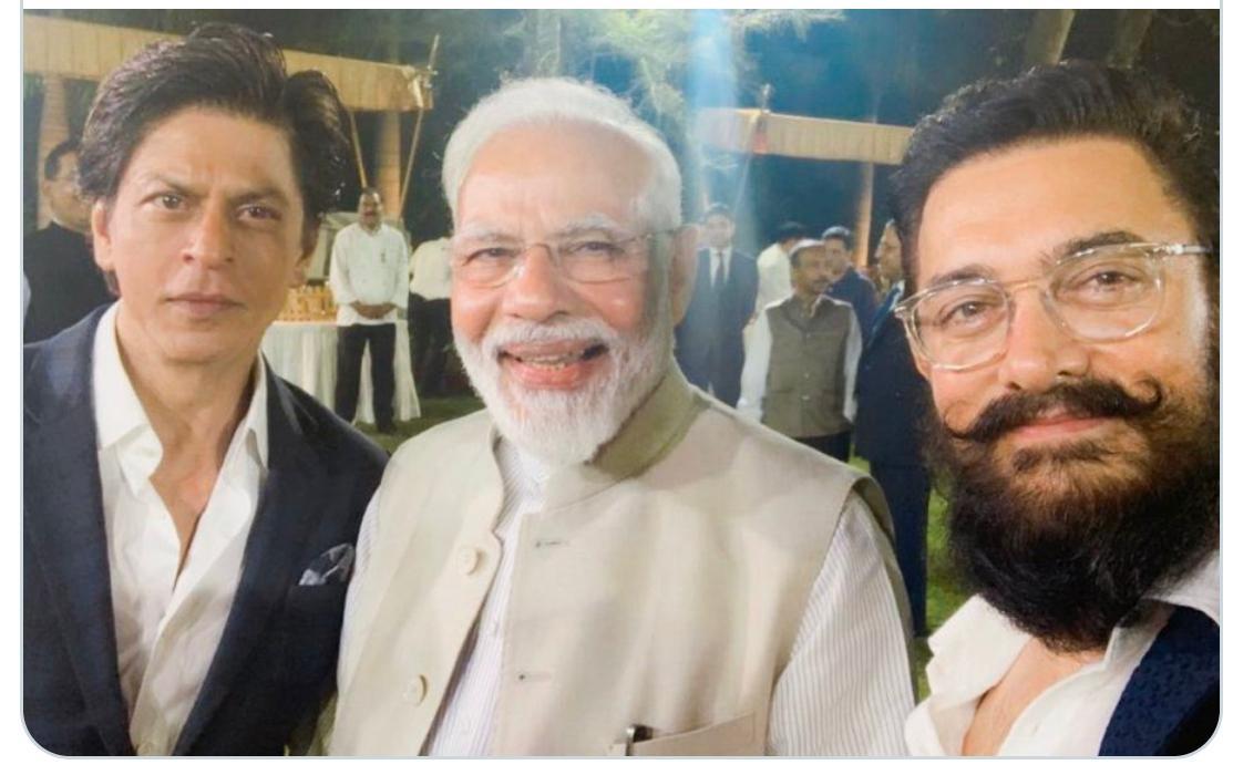 खान और प्रधानमंत्री :- शाहरुख खान और आमिर खान के साथ एक सेल्फी में पीएम।