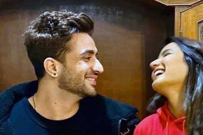 Bigg Boss 14: अली गोनी ने अर्शी खान को किया KISS, जैस्मिन भसीन ने कुछ इस अंदाज में किया रिएक्ट