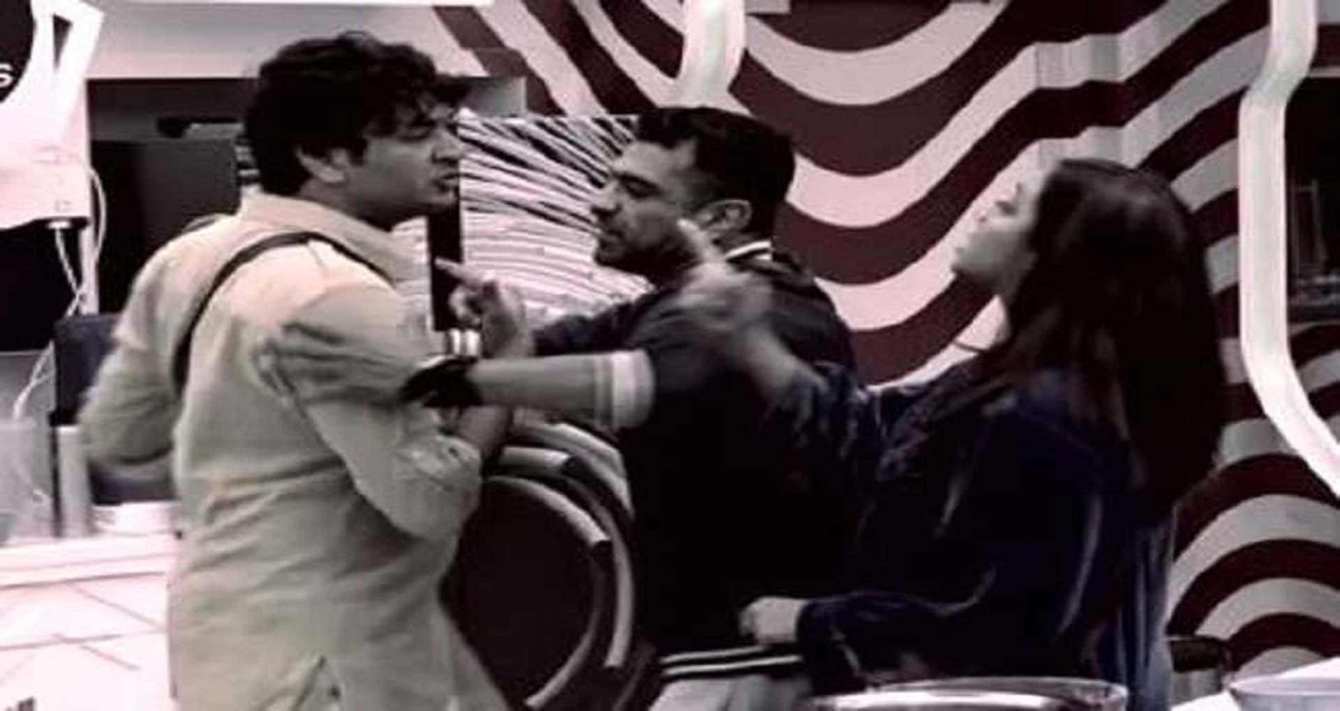 Bigg Boss 14: विकास गुप्ता और अर्शी खान के बीच हुई हाथापाई!