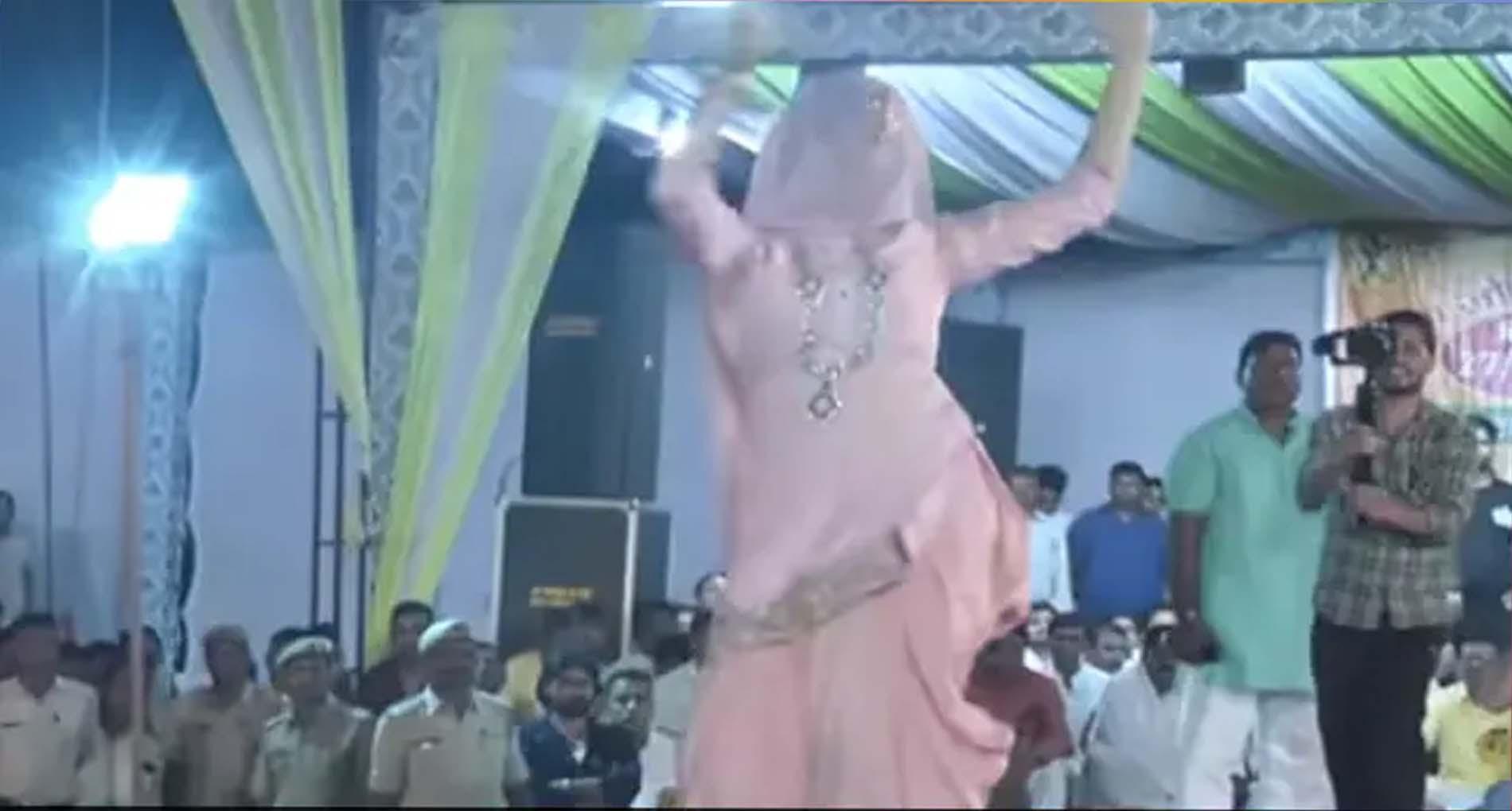 Sapna Choudhary Ke Gaane: सपना चौधरी के इस डांस वीडियो पर जमकर उड़े नोट! देखें वीडियो