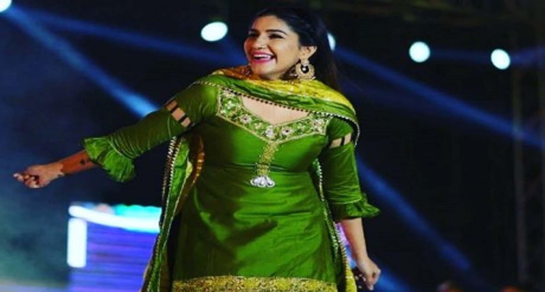 Sapna Chaudhary Ke Gane: सपना चौधरी के नखरे देख घायल हुए फैंस! हरे सूट में किया जबरदस्त डांस